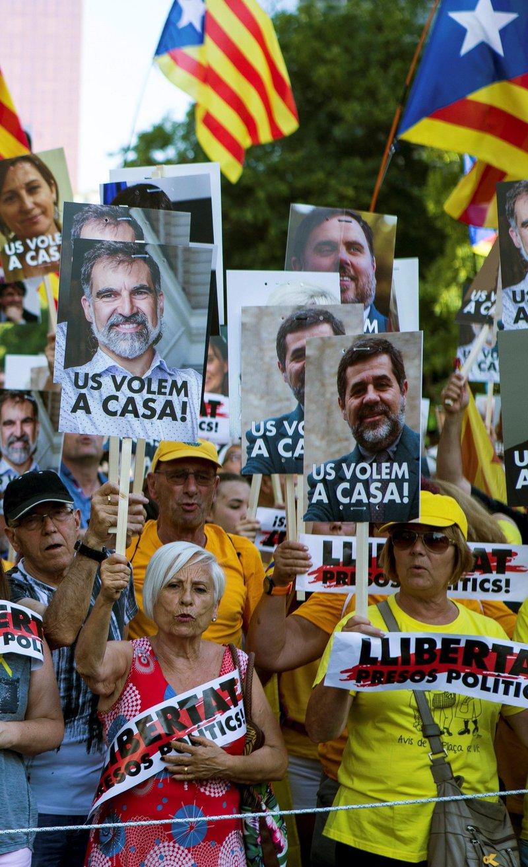 Miles de personas claman en Barcelona por libertad de presos y regreso huidos