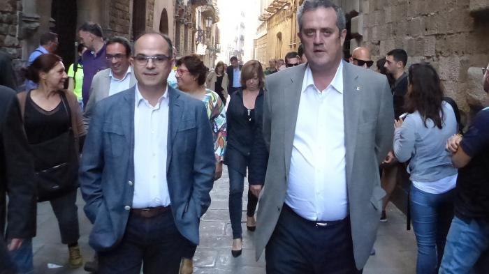 Jordi_Turull_links_und_der_inhaftierte_Ex-Innenminster_Forn_auf_dem_Weg_zu_einer_Demo-2400177d8852a089